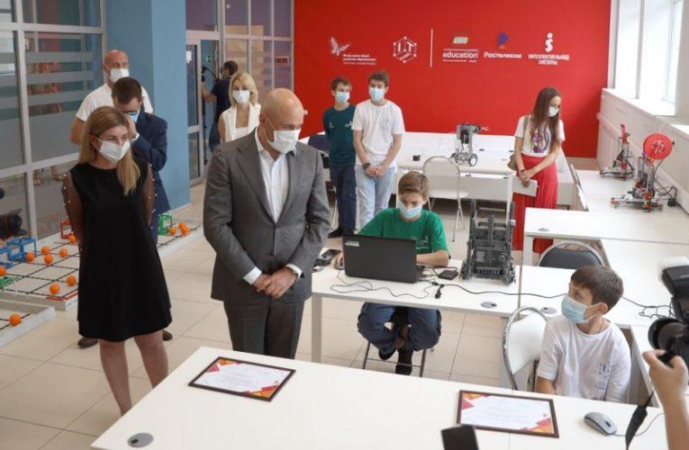 Игорь Артамонов встретился с победителями международного чемпионата по робототехнике